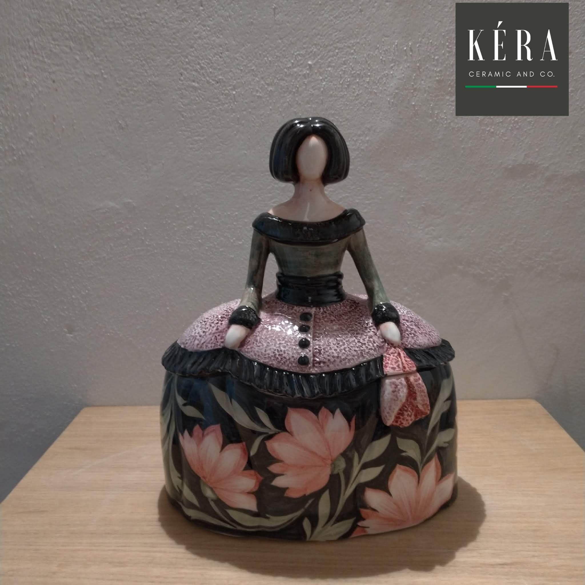 Dama portagioie in ceramica / Jewel case figurine